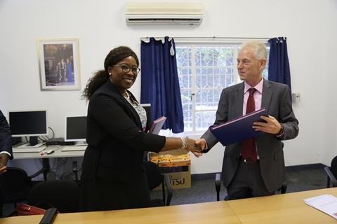Signature de l'accord de financement entre S.E Gerard Michels, Ambassadeure des Pays Bas en RDC et Mme Diene Keita, Représentante de UNFPA en RDC