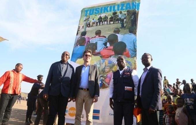 De gauche à droite, Le Gouverneur de la province du Tanganyika, l'ambassadeur du Canada, le Représentant de UNFPA et le premier secrétaire d'ambassade de Suède lors du lancement du projet TUSIKILIZANE
